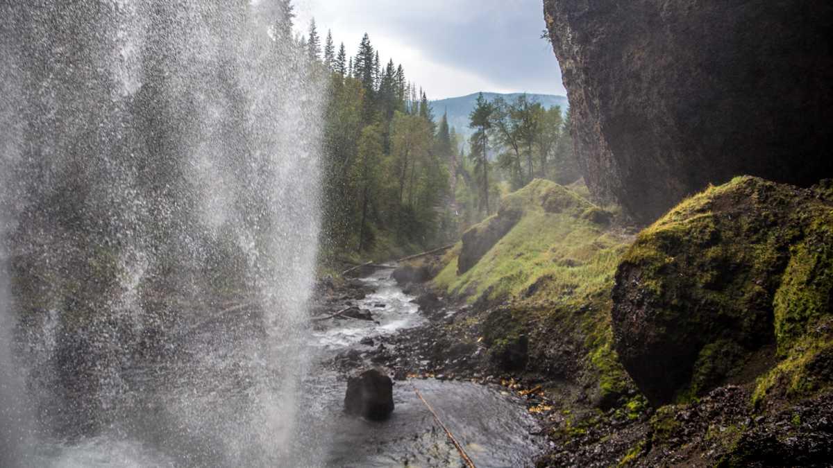 Hinter den Moul Falls im Wells Gray Provincial Park